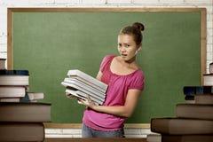 Bella donna asiatica dello studente di college con la condizione del libro fotografie stock