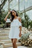 Bella donna asiatica in vestito bianco immagine stock