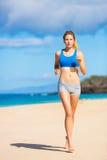 Bella donna atletica che funziona sulla spiaggia Fotografie Stock Libere da Diritti