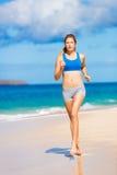 Bella donna atletica che funziona sulla spiaggia Immagine Stock Libera da Diritti