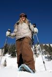 Bella donna attiva con gli snowshoes Immagini Stock Libere da Diritti