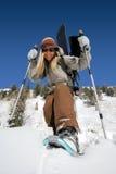 Bella donna attiva con gli snowshoes e lo snowboard Fotografia Stock Libera da Diritti
