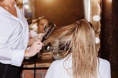 Bella donna attraente bionda al parrucchiere fotografia stock