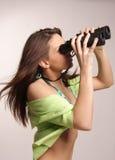 Bella, donna attraente che osserva con il binocu Fotografia Stock