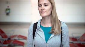 Bella donna attraente in terminale di aeroporto Volo aspettante Camminando da solo, guardando intorno stock footage