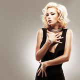 Bella donna bianca sexy in vestito nero Fotografia Stock Libera da Diritti