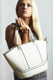 Bella donna bionda alla moda con la borsa. fotografia stock