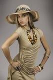 Bella donna bionda in attrezzatura di safari Fotografia Stock Libera da Diritti