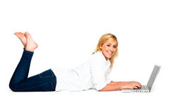 Bella donna bionda che digita sul computer portatile Immagine Stock