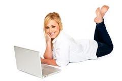 Bella donna bionda che digita sul computer portatile Fotografia Stock