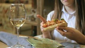 Bella donna bionda che mangia e che beve nel ristorante, intervallo di pranzo video d archivio