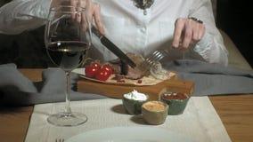 Bella donna bionda che mangia e che beve nel tempo del ristorante, del pranzo o di cena archivi video