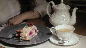 Bella donna bionda che mangia e che beve nel tempo del ristorante, del pranzo o di cena video d archivio