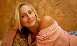 Bella donna bionda che si siede sul ritratto del pavimento, casa dolce Fotografia Stock Libera da Diritti