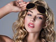 Bella donna bionda con capelli ondulati lunghi Fotografie Stock