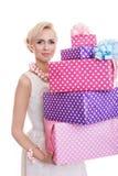 Bella donna bionda con i contenitori di regalo variopinti fotografia stock libera da diritti