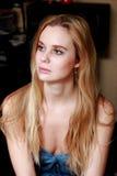 Bella donna bionda con le spalle nude, guardanti meditatamente Fotografia Stock Libera da Diritti
