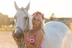 Bella donna bionda con un cavallo Fotografia Stock