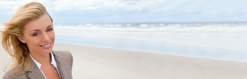 Bella donna bionda dell'insegna panoramica di web alla spiaggia fotografia stock