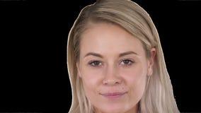 Bella donna bionda femminile di trucco naturale perfetto del labbro, Alpha Channel stock footage