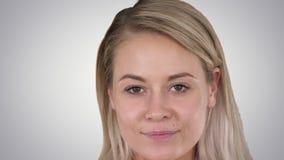 Bella donna bionda femminile di trucco naturale perfetto del labbro sul fondo di pendenza stock footage