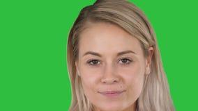Bella donna bionda femminile su uno schermo verde, chiave di trucco naturale perfetto del labbro di intensità video d archivio