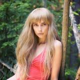 Bella donna bionda in foresta Fotografia Stock Libera da Diritti