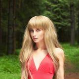 Bella donna bionda in foresta Immagine Stock