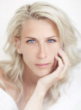 Bella donna bionda, occhio azzurro, bacground bianco, Fotografia Stock