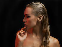 Bella donna bionda sexy Fondo scuro Smokey Eyes intelligente immagini stock