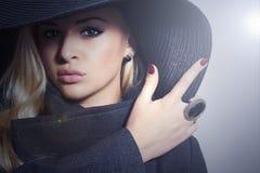 Bella donna bionda in soprabito di Hat.Fashionable fotografia stock libera da diritti