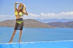 Bella donna bionda in un costume da bagno fantastico di colore Fotografia Stock
