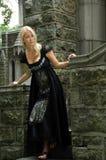 Bella donna bionda in vestito dal nero dell'annata Immagine Stock