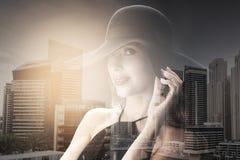 Bella donna in black hat sopra fondo scuro Immagini Stock Libere da Diritti