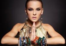 Bella donna in braccialetti Fotografie Stock Libere da Diritti