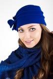 Bella donna in cappello blu di inverno. Fotografie Stock