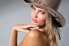 Bella donna in cappello del cowboy Immagine Stock