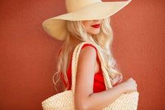 Bella donna in cappello di paglia con il grande bordo Fotografia Stock