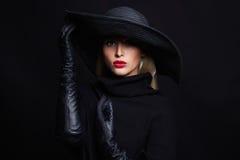 Bella donna in cappello ed in guanti di cuoio Strega di Halloween Immagine Stock Libera da Diritti