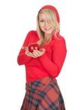 Bella donna in cappuccio che mantiene mela rossa Fotografie Stock Libere da Diritti
