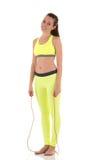 Bella donna castana che fa gli esercizi con uso di un salto della corda lungo Fotografia Stock