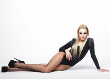Bella donna castana che porta biancheria alla moda nera Fotografia Stock