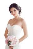 Bella donna castana come sposa con il mazzo rosa di nozze su bianco Fotografia Stock