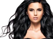 Bella donna castana con capelli neri lunghi Fotografie Stock Libere da Diritti
