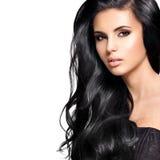 Bella donna castana con capelli neri lunghi Fotografia Stock Libera da Diritti