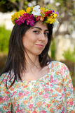 Bella donna castana con il giardino della corona del fiore in primavera Immagine Stock Libera da Diritti