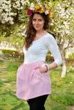 Bella donna castana con il giardino della corona del fiore in primavera Fotografie Stock
