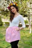 Bella donna castana con il giardino della corona del fiore in primavera Fotografie Stock Libere da Diritti