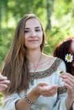 Bella donna castana con la camomilla Fotografia Stock Libera da Diritti