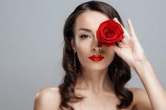 Bella donna castana con rossetto rosso sulle labbra La ragazza del primo piano con è aumentato Immagine Stock Libera da Diritti